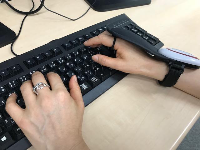 RFIDリーダ『TECCO』を装着したままキーボードを打つても、邪魔になりません。